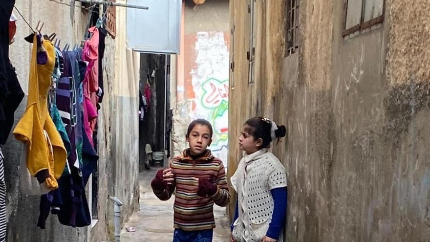 Un niño y una niña refugiados en el campamento de Jabalia en la franja de Gaza