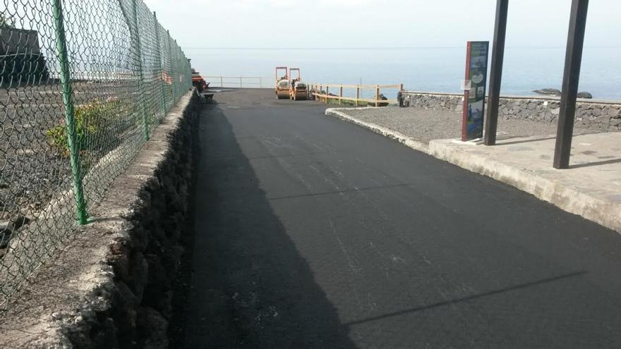 Las labores de repavimentado en la vía de acceso a la playa de La Zamora han comenzado este jueves.