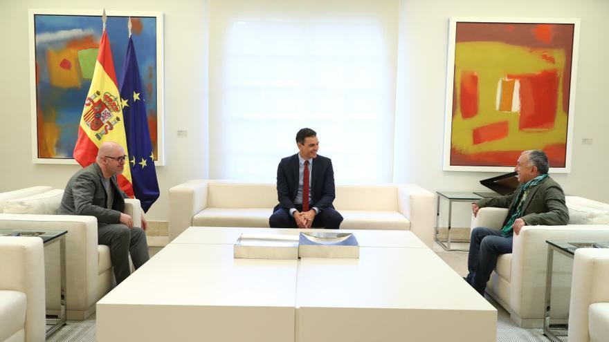 El presidente del Gobierno, Pedro Sánchez, se reúne en Moncloa este miércoles con los secretarios generales de UGT, Pepe Álvarez (d), y CCOO, Unai Sordo (i).