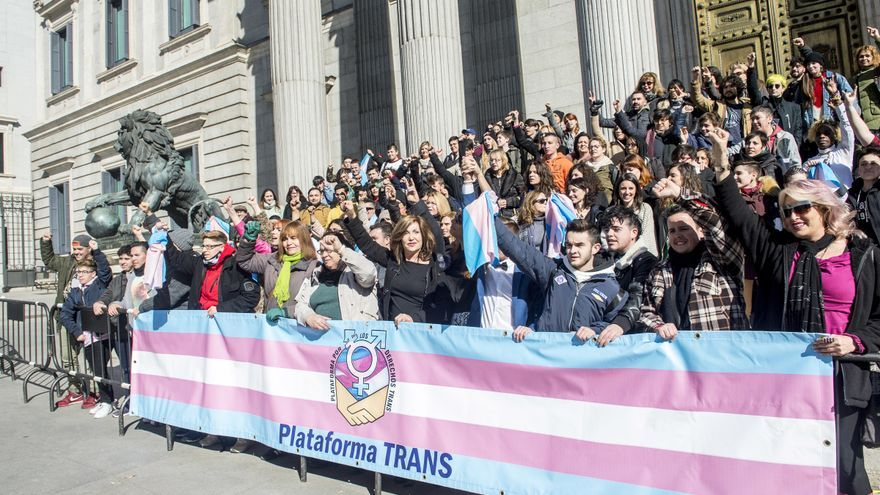 Representantes de Unidos Podemos e integrantes de la Plataforma por los Derechos Trans cuando se registró la ley.