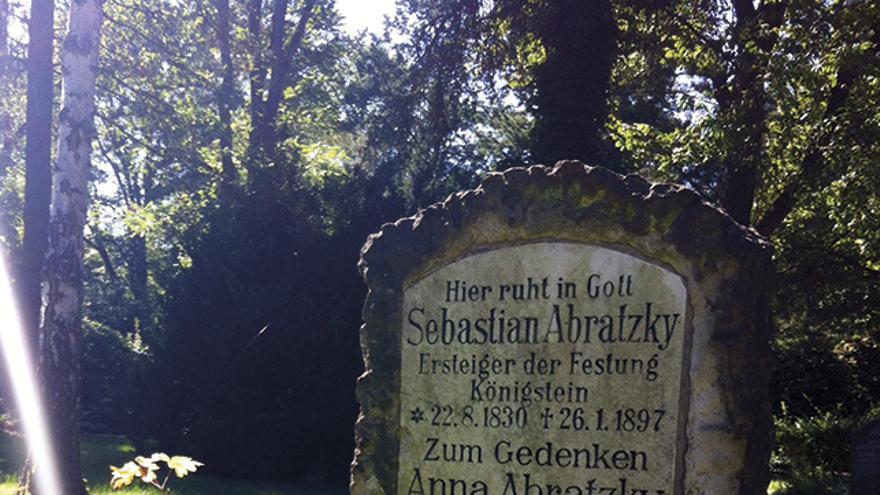Abratzky descansa en el Johannisfriedhof de Dresden.