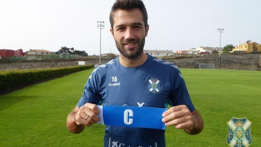 Aitor Sanz muestra su brazalete de capitán en la Ciudad Deportiva