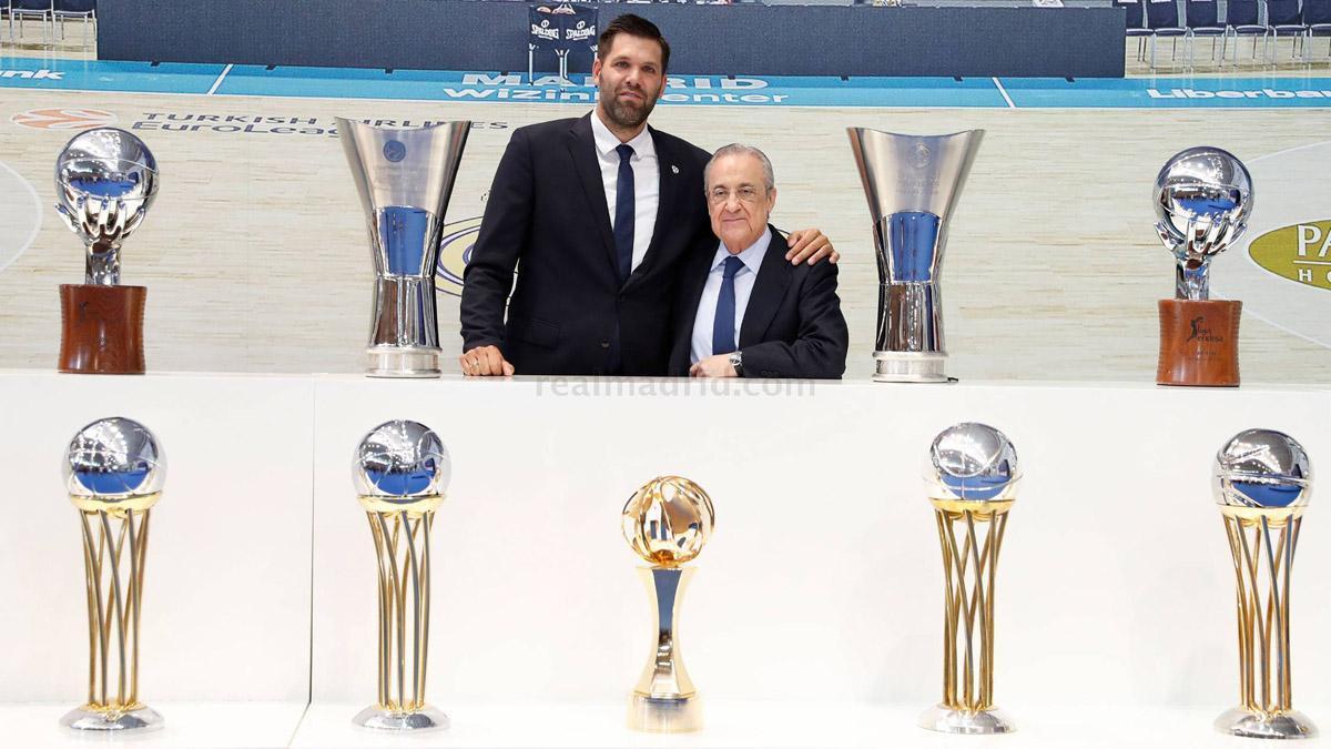 Felipe Reyes posa junto a Florentino Pérez ante parte de sus títulos