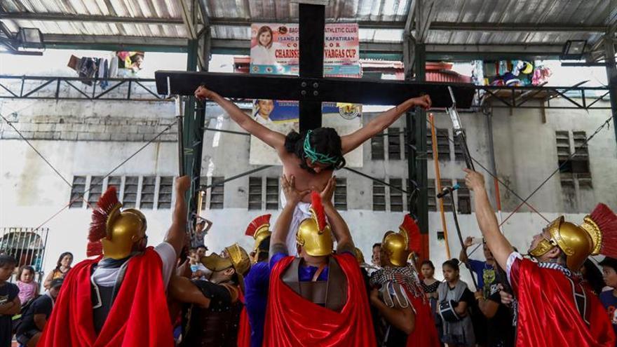 Latigazos y cruces a la espalda en un sangriento Jueves Santo en Filipinas