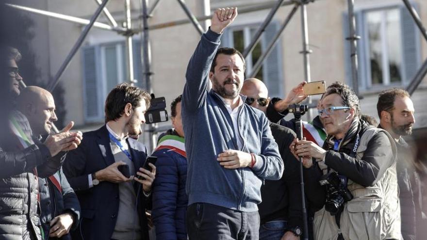 Salvini dice a los votantes en Roma que los racistas son los que explotan África