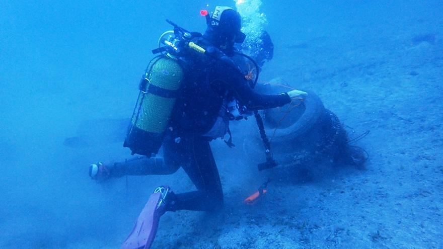 Imagen de limpieza del lecho marino realizada por un colaborador en la acción medioambiental