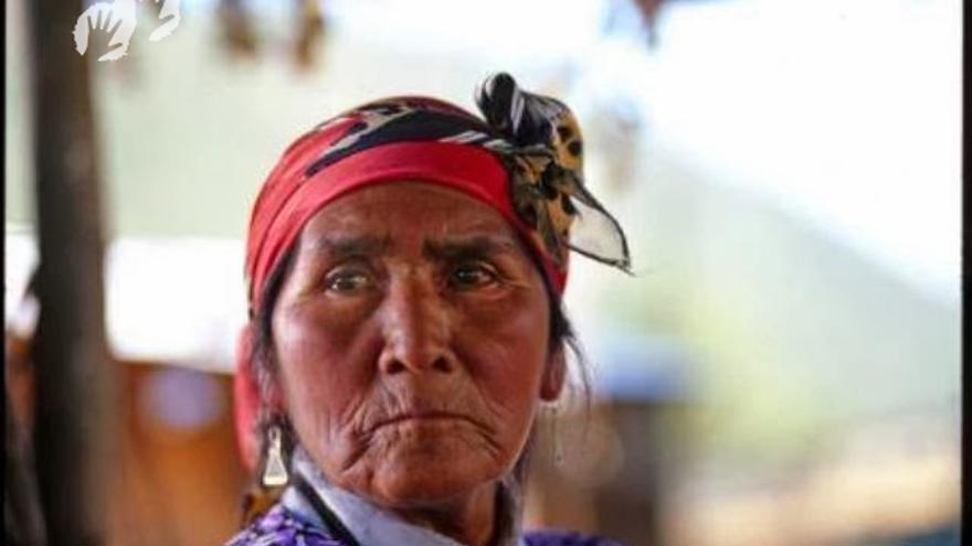 Se cree que los antepasados de la tribu jarawa de las islas Andamán formaron parte de las primeras migraciones humanas exitosas provenientes de África. Los cazadores-recolectores de este pueblo indígena solo empezaron a salir de la selva sin sus arcos y flechas y a mantener un contacto amistoso con sus vecinos a partir de 1998. Ahora, sin embargo, los jarawas se enfrentan a la aniquilación a menos que la carretera ilegal que atraviesa su selva se cierre de forma permanente a los colonos, cazadores furtivos, madereros y turistas.  A principios de 2014, Survival International publicó pruebas que revelaban el escandaloso alcance de la explotación sexual entre las jóvenes mujeres jarawas. Un hombre jarawa denunció que los furtivos acceden con regularidad a la reserva protegida de su tribu y engatusan a las jóvenes con alcohol o drogas con el objetivo de abusar sexualmente de ellas.  Las enfermedades de transmisión sexual, como el VIH/SIDA, suponen una grave amenaza para los pueblos indígenas recientemente contactados como los jarawas. Los vecinos de esta tribu, los granandamaneses, prácticamente se han extinguido por las enfermedades que propagaron los colonizadores británicos en el siglo XIX, como la sífilis./©Survival International