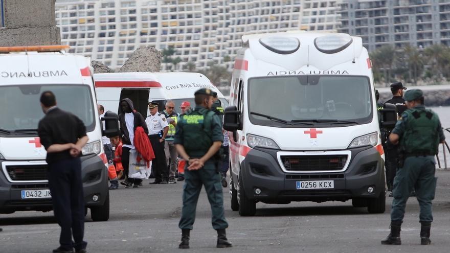 Dispositivo policial y de Cruz Roja a la llegada de la Salvamar Talía con 152 personas rescatadas.