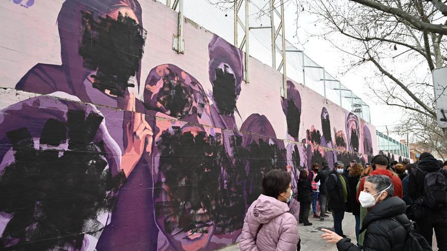 """Muralfeminista """"La unión hace la fuerza"""" del barrio de Ciudad Lineal (Madrid) que este lunes, Día de la Mujer, amaneció vandalizado. EFE/ Fernando Villar"""