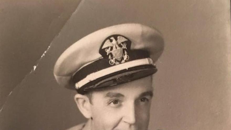 Fotografía de Mikel Usatorre en uniforme de capitán de la marina mercante (cortesía de la familia Usatorre).