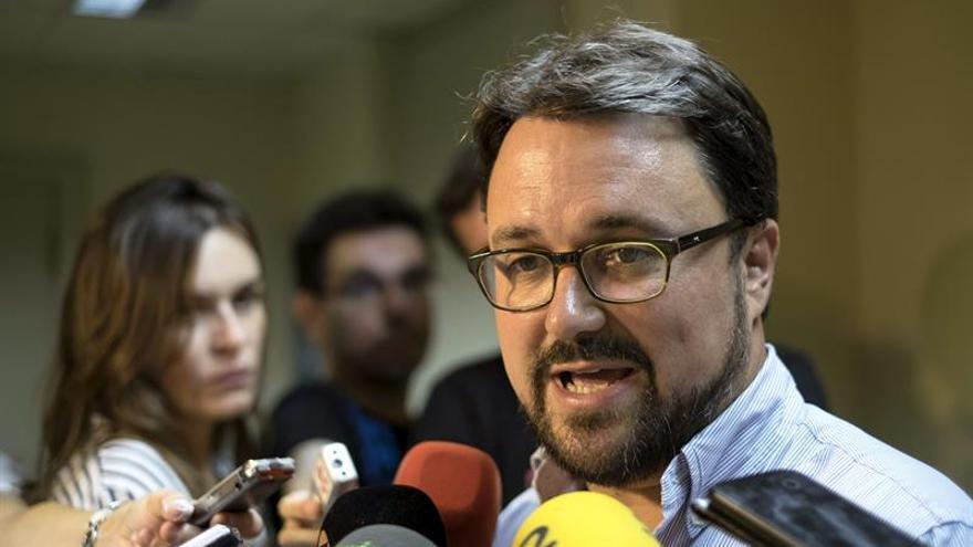 El secretario regional del PP de Canarias, Asier Antona, atiende a los medios antes de participar en una reunión del comité ejecutivo regional del partido, hoy en Las Palmas de Gran Canaria. EFE/Ángel Medina G.
