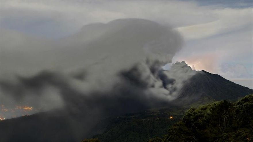 Volcán Turrialba retoma expulsión de ceniza tras 24 horas de calma