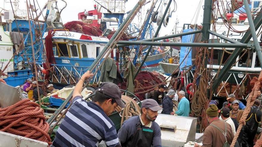 Varios pescadores en un barco en el puerto de Dajla (Sáhara Occidental).