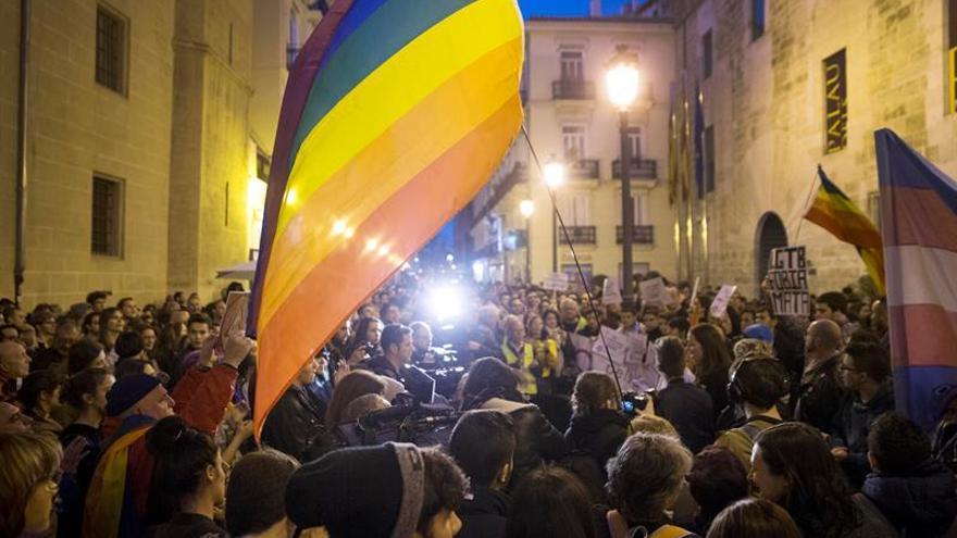"""Una concentración condena en Valencia la """"intolerable"""" campaña de HazteOir"""