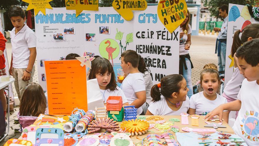Niños y niñas en la feria del emprendimiento de Sevilla