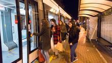 Usuarios del nuevo servicio nocturno acceden a un tranvía
