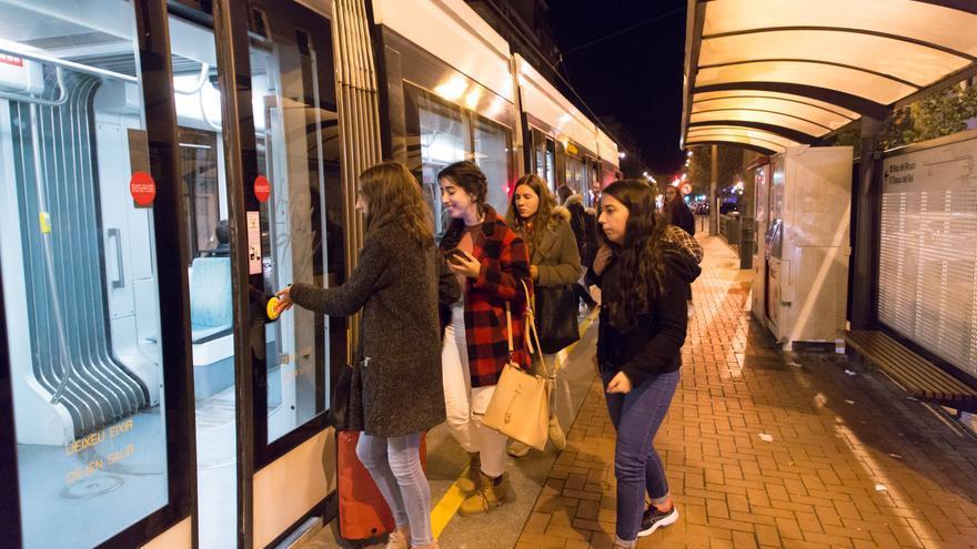 Usuaris del nou servei nocturn entren a un tramvia.