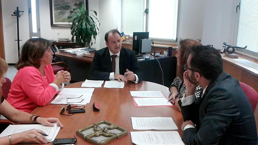 El viceconsejero de Turismo del Gobierno de Canarias, Ricardo Fernández de la Puente Armas, se reúne con la presidenta de la Asociación Canaria para la Regulación de las Viviendas Vacacionales, Doris Borrego.