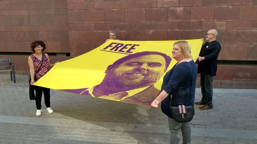 Adela, Maxi, Domingo y Paula, integrantes de Free Junqueras, sostienen una pancarta de su grupo