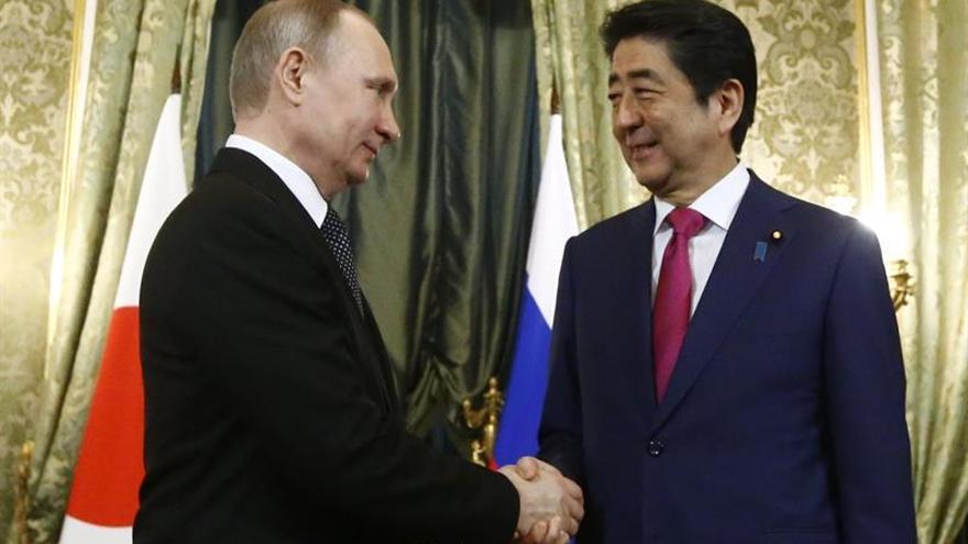 Abe se reúne con Putin en busca de un acuerdo de paz entre Rusia y Japón