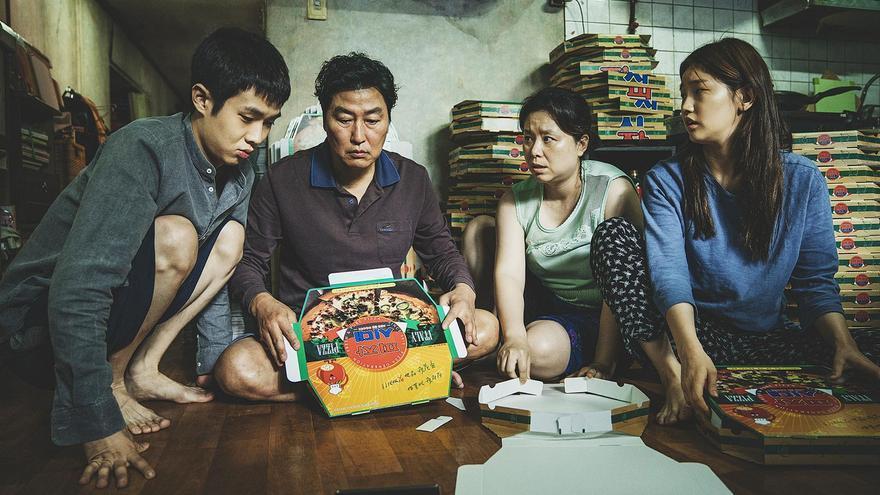 La familia protagonista doblando cajas de pizza, su único sustento