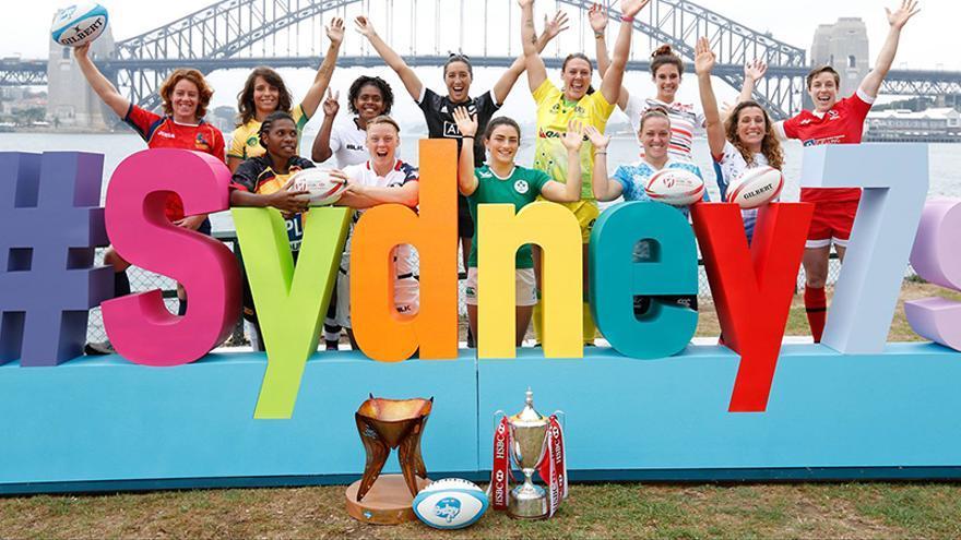 Las 12 capitanas de los equipos participantes en la segunda jornada de las Series Mundiales de rugby femenino a siete.