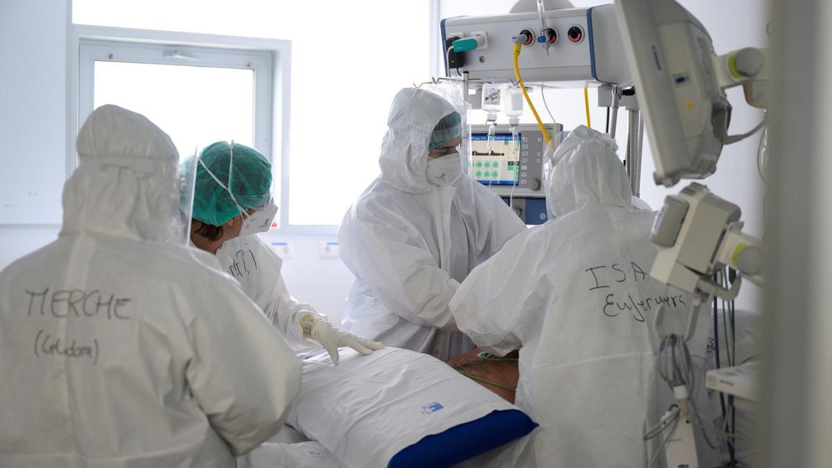 Personal sanitario del Hospital Universitario Marqués de Valdecilla de Santander atiende a enfermos con coronavirus. EFE/Pedro Puente Hoyos/Archivo