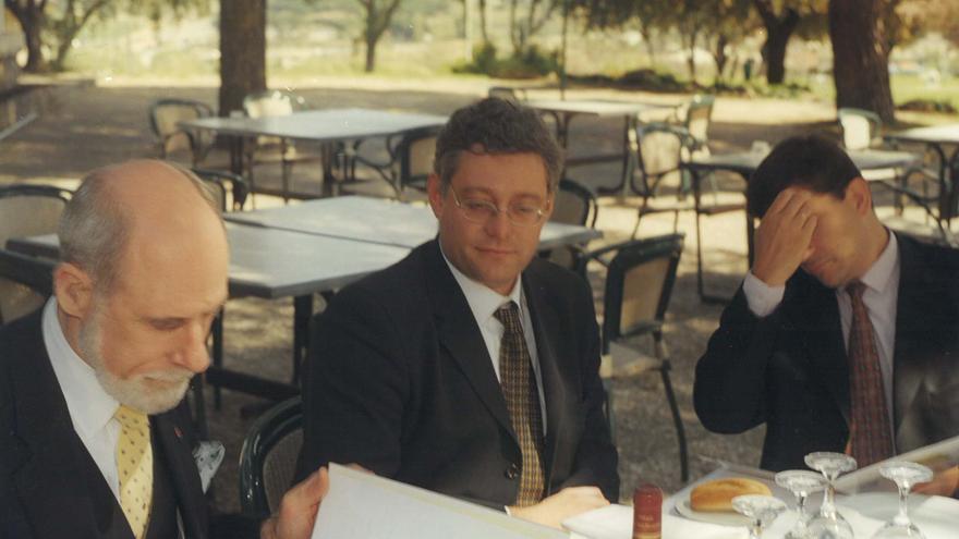 Vinton Gray Cerf (izquierda), uno de los pioneros internacionales de internet, y Juan Antonio Esteban (medio)