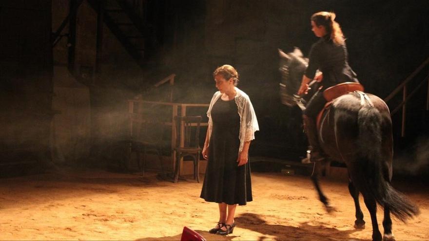 Escena de la obra teatral 'Bodas de sangre', en la versión de La Perla 29