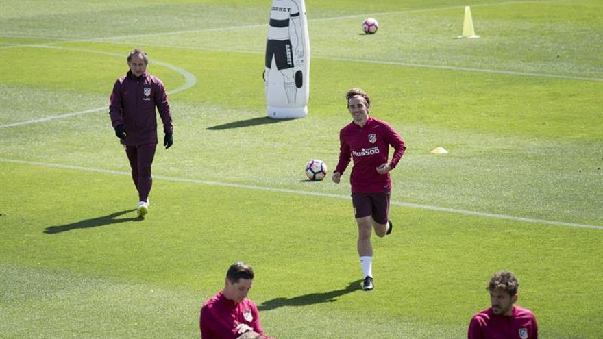 El delantero del Atlético de Madrid Antoine Griezmann (2d), durante el entrenamiento que el Atlético de Madrid ha realizado en el Cerro del Espino . EFE/Luca Piergiovanni