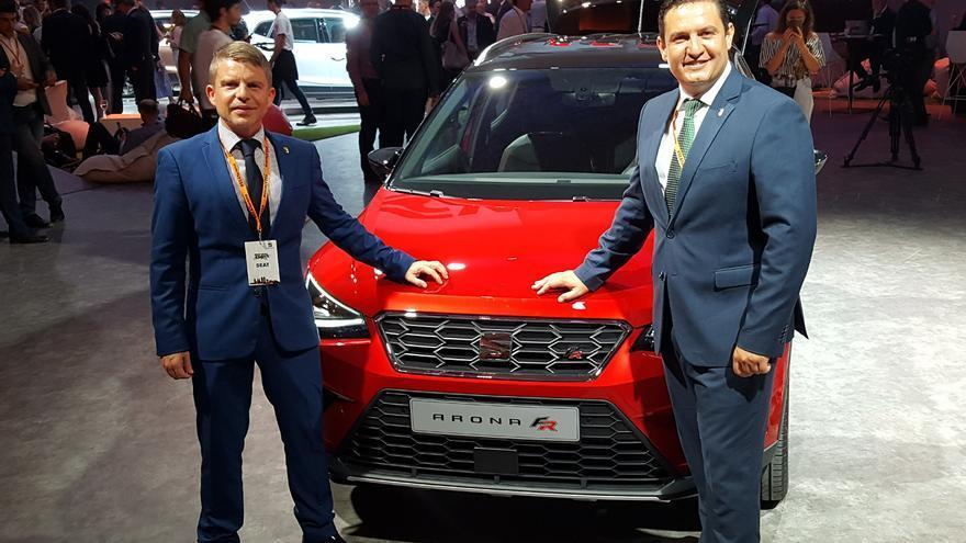 David Pérez y José Julián Mena, junto al modelo Arona, de estreno en Fira Barcelona