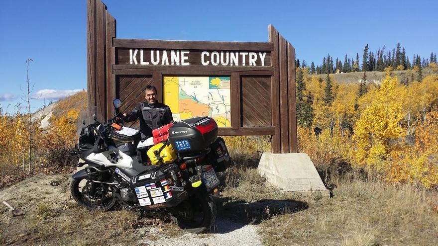 José Ángel Pais en la entrada del Kluane Country, en Canadá.