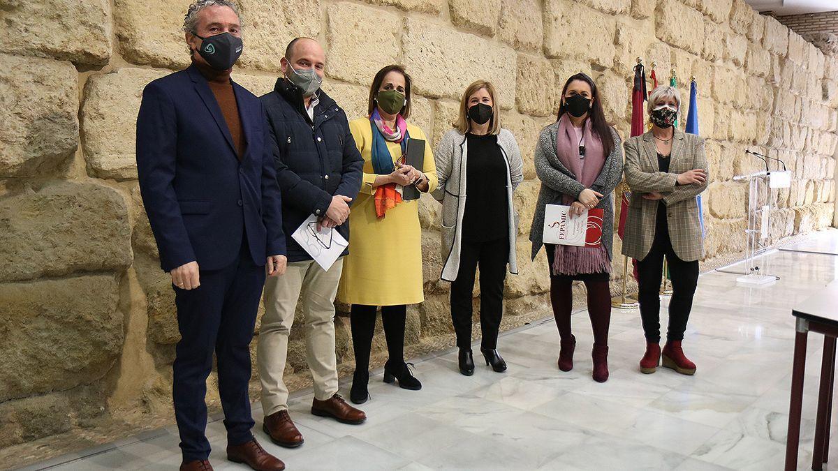 Blanca Torrent (en el centro de amarillo) con los representantes de asociaciones que trabajan con personas con discapacidad.