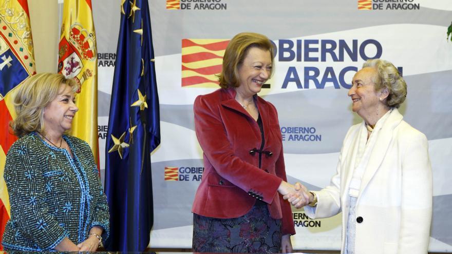 Dolores Serrat (izqda) y Luisa Fernanda Rudi (centro). Foto: Gobierno de Aragón