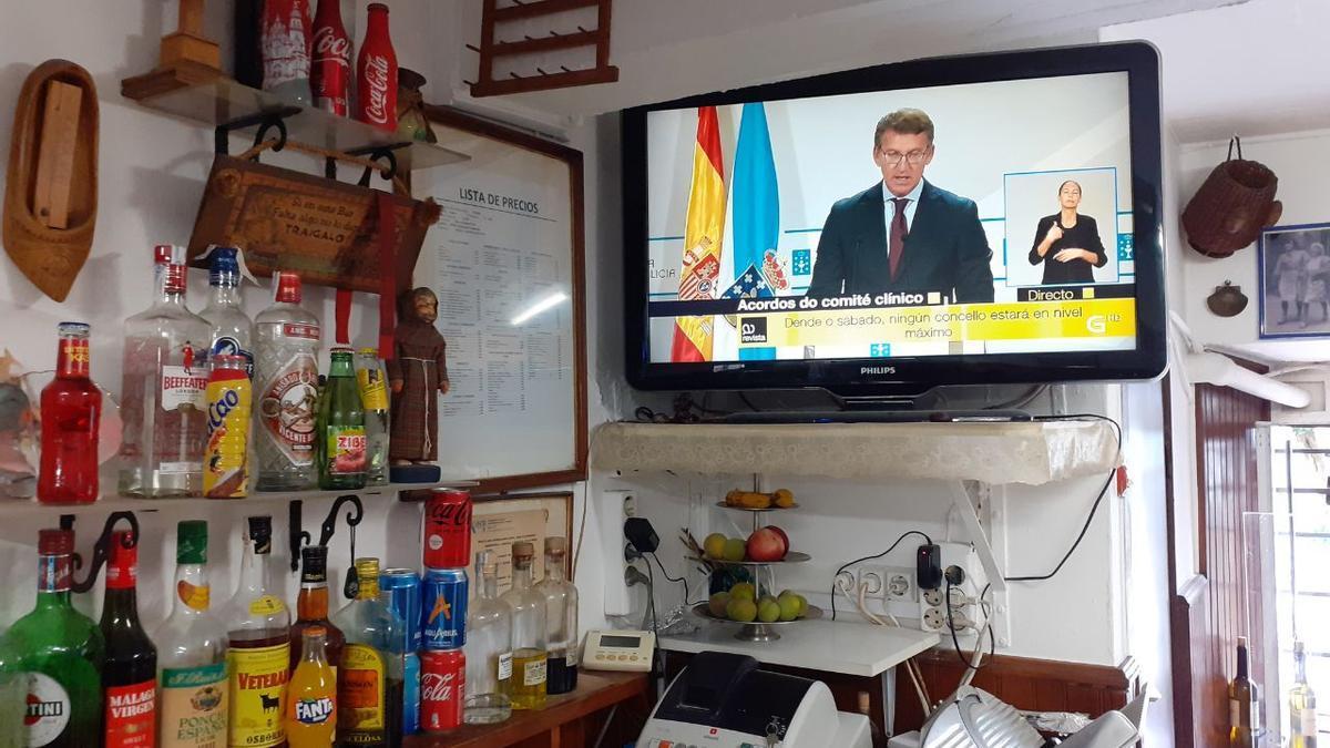 La comparecencia del presidente de la Xunta, Alberto Núñez Feijóo, sobre el nuevo protocolo en la hostelería es seguida en directo en una taberna de Santiago