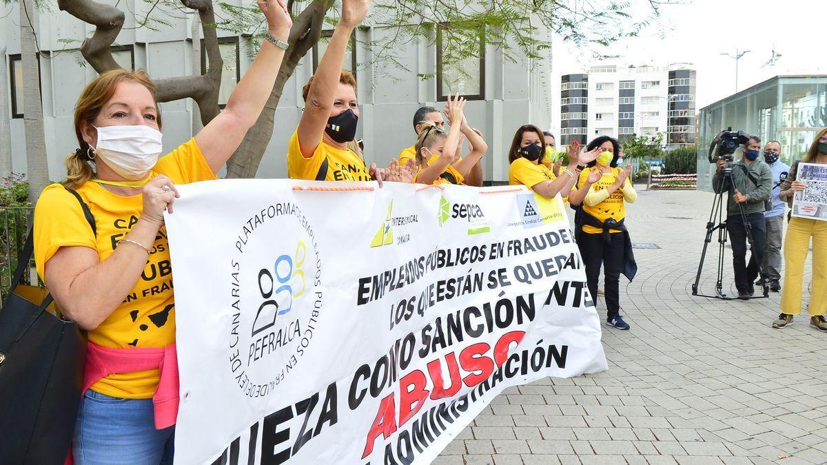 Protesta de los trabajadores públicos temporales ante la sede de Presidencia del Gobierno de Canarias. (ÁNGEL SARMIENTO)