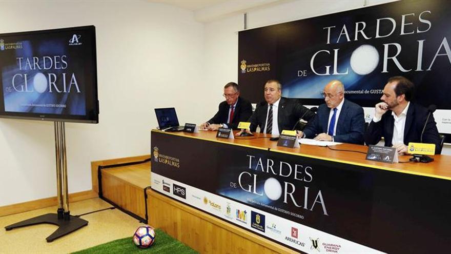 El presidente del Cabildo de Gran Canaria, Antonio Morales (2d); el presidente de la UD Las Palmas, Miguel Angel Ramírez (2i), y el director de cine Gustavo Socorro (d). EFE/Elvira Urquijo A.
