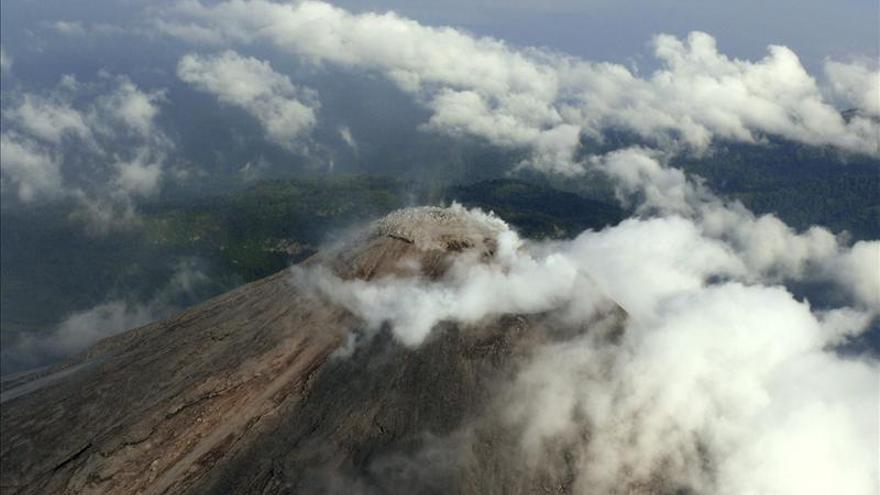 Explosión en Volcán de Colima genera gruesa columna de ceniza de 5 kilómetros
