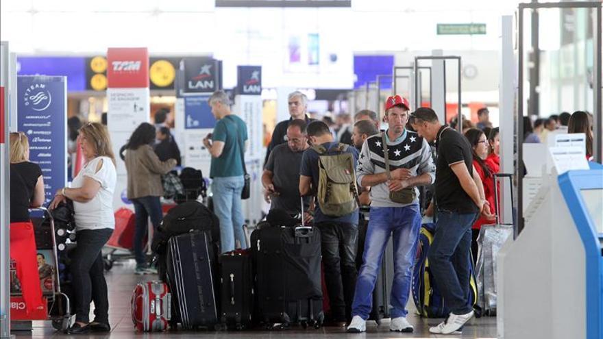 Huelga de funcionarios aeronáuticos en Chile se extiende de manera indefinida