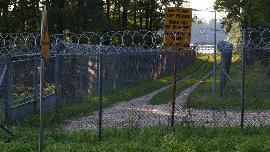 Una cerca de alambre rodea una zona militar en el pueblo de Stare Kiejkuty, en el noreste de Polonia. Polonia se negó a decir al Tribunal Europeo de Derechos Humanos si había albergado una cárcel secreta de la CIA en su suelo // REUTERS/Kacper Pempel