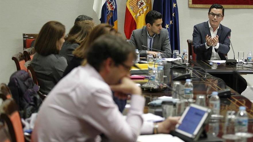 El vicepresidente y consejero de Obras Públicas y Transportes del Gobierno de Canarias, Pablo Rodríguez comparece en comisión parlamentaria.