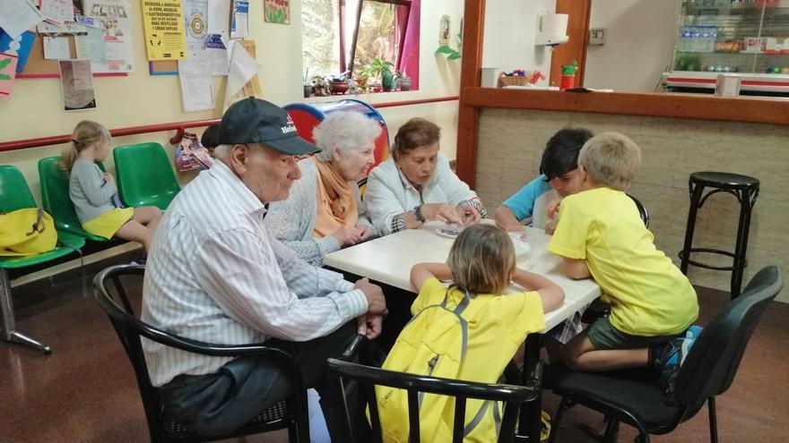 Niños y mayores de Tijarafe comparten jornadas de manualidades dentro del  programa de actividades del Campus de Verano.