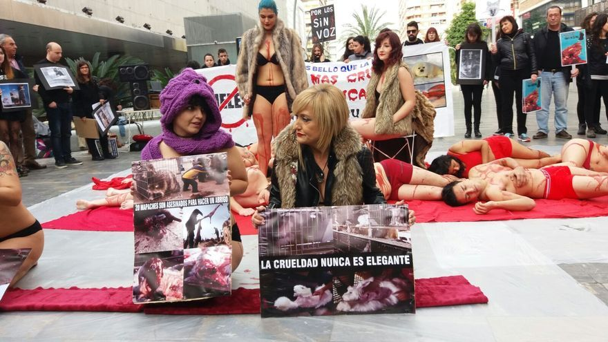 Performance animalista en la puerta de El Corte Inglés de Murcia. Por Carmen Morate