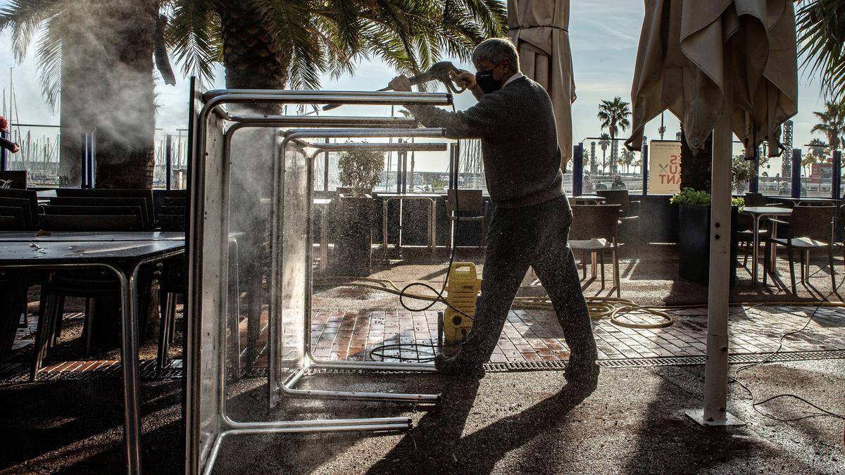 Empleados y propietarios preparan locales de restauración, a la espera del inicio de la desescalada.