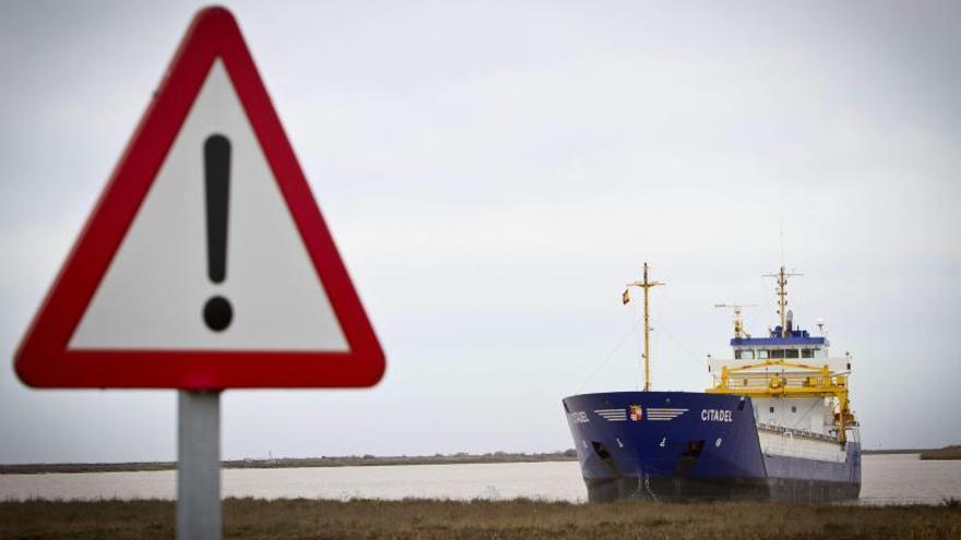 Reflotado el carguero que encalló hace una semana en el Guadalquivir