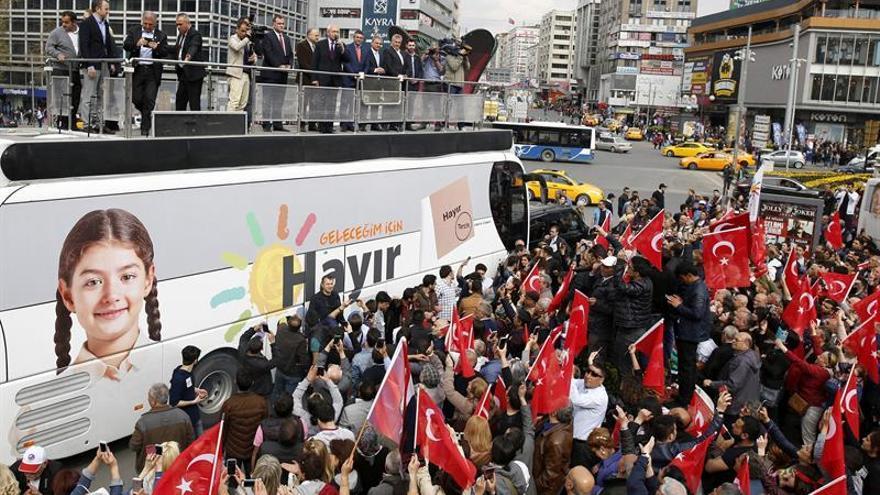 Abren los colegios electorales en el crucial referendo presidencialista turco