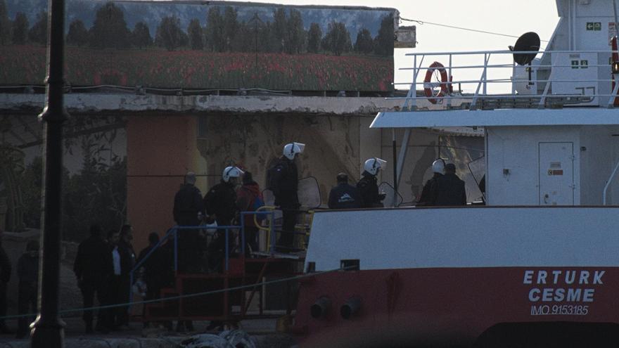 Antidisturbios entran en uno de los barcos de deportación que ha partido de la isla de Quíos con dirección a Turquía.   Benjamin Jualian