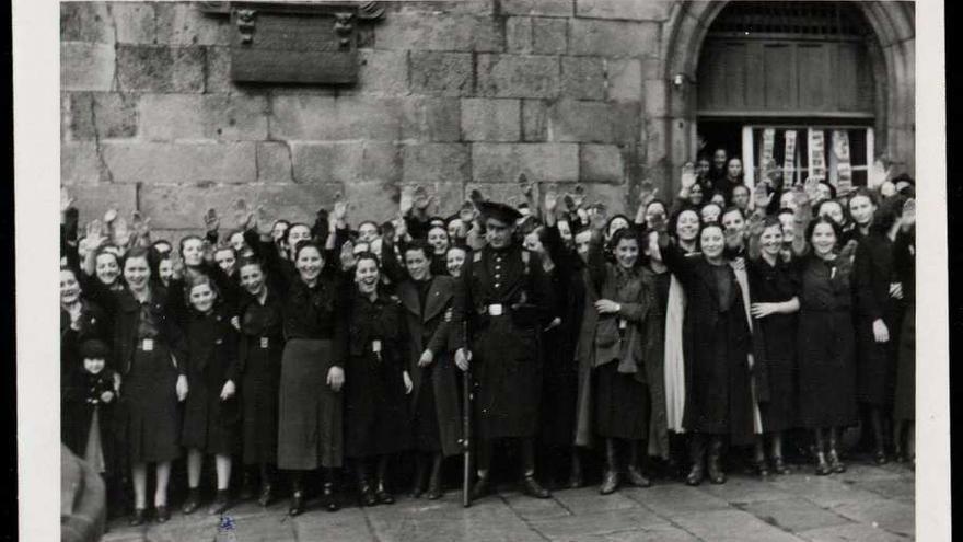 Gente esperando el paso de Franco en Santiago, el 5 de diciembre de 1938