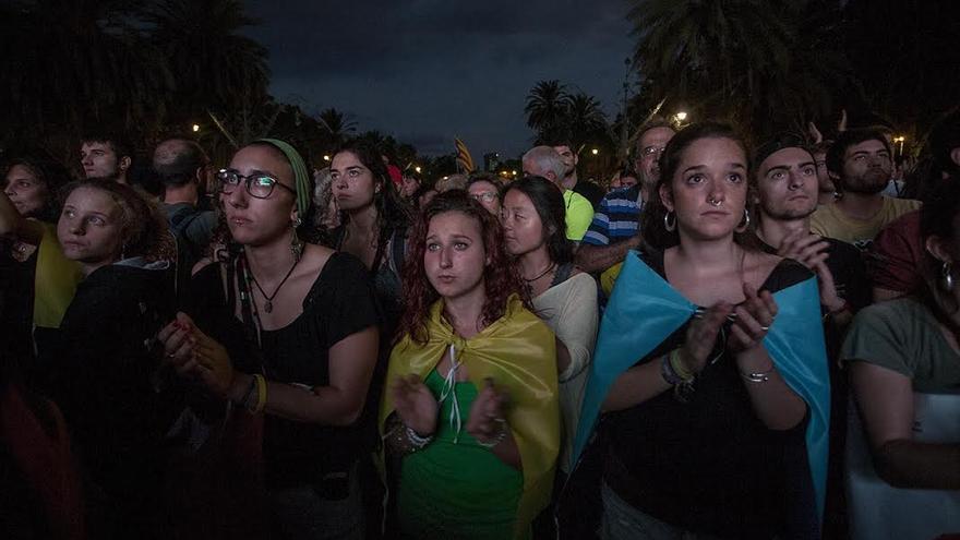 Decepción con Puigdemont en la concentración soberanista tras la suspensión de la declaración de independencia