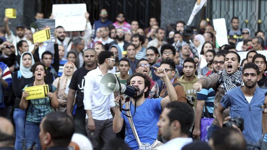 Manifestantes en contra de los juicios militares a civiles, la pasada semana. Decenas fueron detenidos minutos después (Foto: Khaled Elfiqi/Efe)